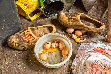 Gebroken eieren met houten klompen van Jan Sportel Photography