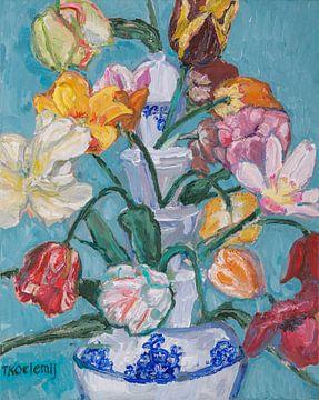 Delfter blaue Tulpenvase mit Tulpen Nr. 3 von artbykoelemij