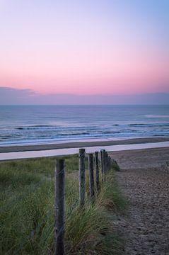 Kleurrijk strand na zonsondergang van Richard Steenvoorden