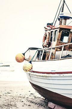 Oude vissersboot ligt aan de Noordzeekust van Florian Kunde