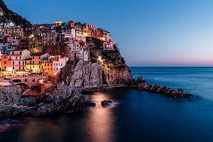 Kleurrijke huizen op een klif bij zonsondergang van