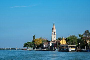 Uitzicht op het eiland Mazzorbo bij Venetië in Italië van Rico Ködder
