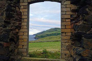 Uitzicht door een geruïneerd raam op het landschap. van Babetts Bildergalerie