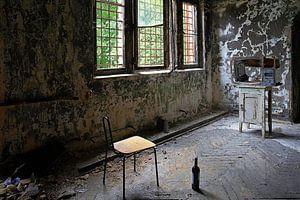 Gemütliche Fernsehecke in einem verlassenen Gebäude
