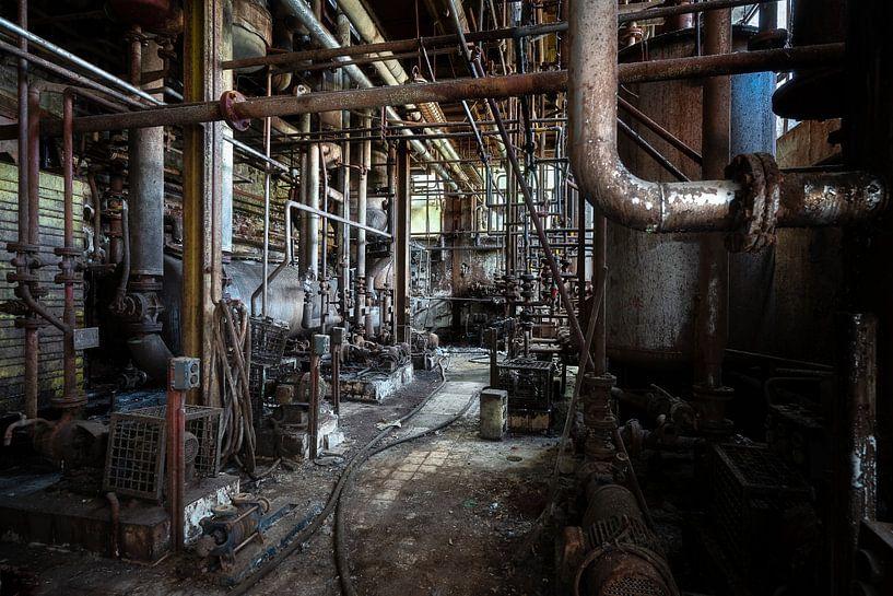 Rohre in einer verlassenen Fabrik. von Roman Robroek