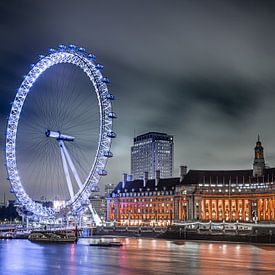 De London Eye na zonsondergang van Gerry van Roosmalen