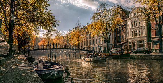 Loopbrug over een gracht in Amsterdam / Pedestrian bridge over a canal in Amsterdam van Nico Geerlings