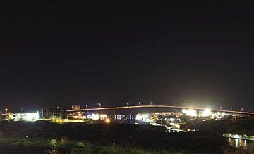 Koningin Julianabrug (Curaçao) bij nacht van Atelier Liesjes