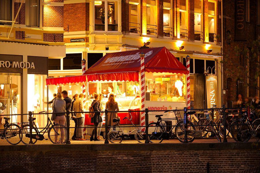 Venezia IJskiosk op de Jansbrug over de Oudegracht in Utrecht van Donker Utrecht