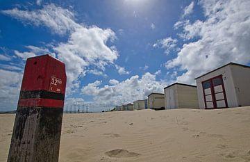 Strandhuisjes bij paal 32 op Texel van Wim van der Geest