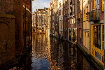 Blick durch einen Kanal in Amsterdam von Alice Berkien-van Mil