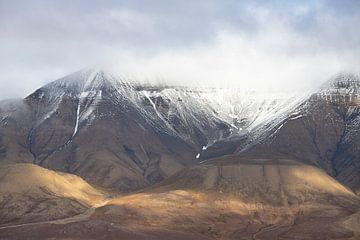 Besneeuwde bergen in Spitsbergen van Michèle Huge