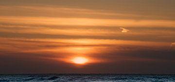 Sonnenuntergang über der Nordsee mit Wolken weichen Farbtönen von Dirk-Jan Steehouwer