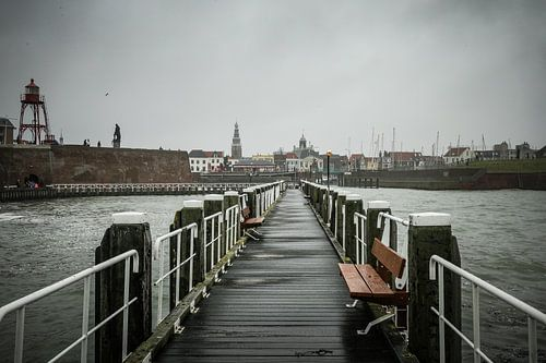 Stadsgezicht op Vlissingen, Zeeland vanaf pier van