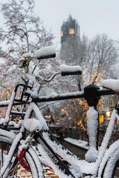 Besneeuwde fiets op de Oudegracht in Utrecht. van Margreet van Beusichem