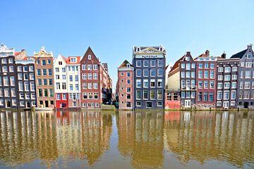 Traditionele hollandse huizen aan de waterkant in Amsterdam Nederland van Nisangha Masselink
