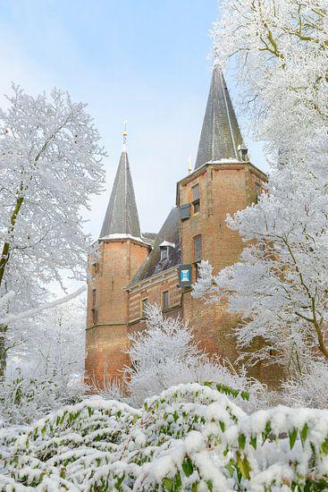 Broederpoort in Kampen met berijpte bomen tijdens een koude winter dag