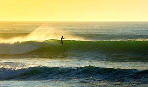Surfen tijdens zonsondergang van