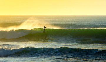 Surfer pendant le coucher du soleil sur Jop Hermans