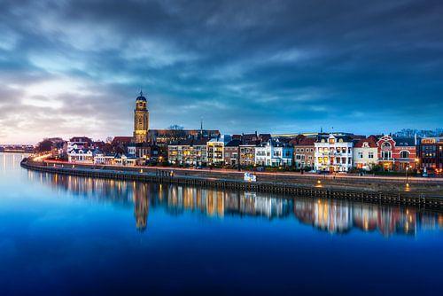 Wolken boven stadsaanzicht van Deventer en de Welle met reflectie en verkeer.