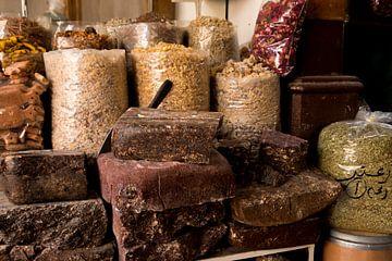 les herbes sur le marché de dubaï sur Karijn Seldam