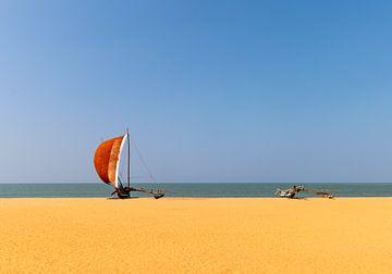 Vissersbootjes op het strand in Sri Lanka van Corrie Ruijer