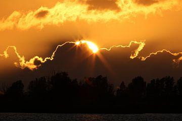 Schittering van zon achter de wolken van Sander Miedema