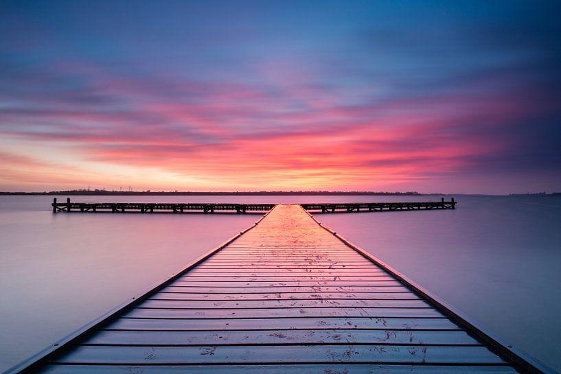 Zonsondergang bij steiger Vrouwenpolder Zeeland  van Silvia Thiel