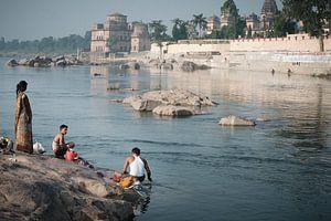 badende en wassende mensen bij rivier in India van Karel Ham