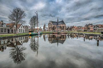 De kleine binnenhaven van Workum, Friesland weerspiegeld in het water. van Harrie Muis