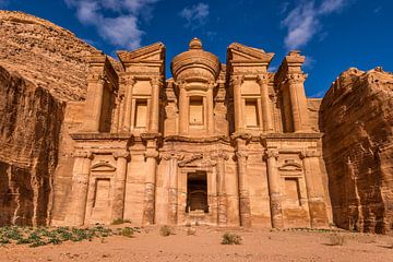 Ad Deir klooster in Petra, Jordanië van Bert Beckers