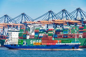 Frachtschiff mit Containern verlässt den Hafen von Rotterdam von Sjoerd van der Wal