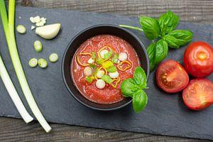 Tomatensuppe mit Frühlingszwiebeln und Basilikum