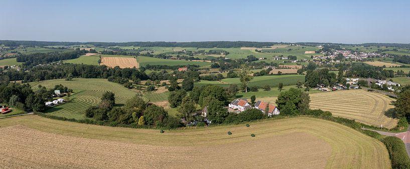 Vue aérienne de la vallée de la Geul, près de Camerig, dans le sud du Limbourg. sur John Kreukniet