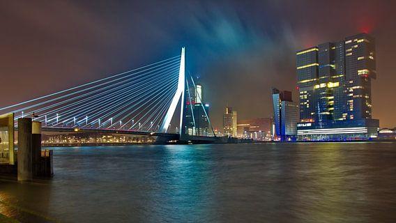 Erasmusbrug en De Rotterdam bij Nacht van Dick Vermeij