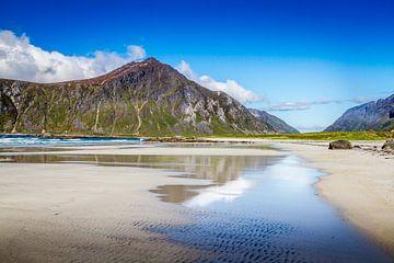 Een verlaten strand op de Lofoten in Noorwegen van Hamperium Photography
