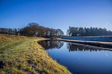 Spiegelgladde Schipbeek in de winter van Twentse Pracht