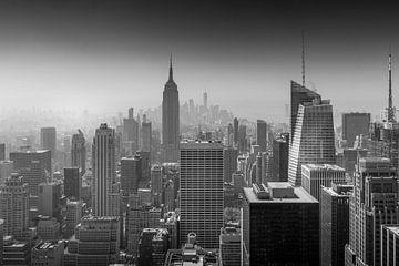 Uitzicht vanaf Top of the Rock in Zwart en Wit richting Empire State Building van Dennis Donders