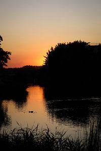 Zonsondergang aan een riviertje