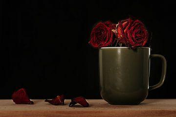 Tasse verwelkte Rosen von Nynke Altenburg