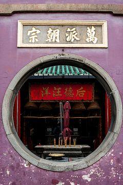Rond raam bij een tempel in Macau van Mickéle Godderis