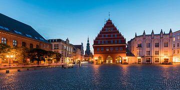 Hôtel de ville sur la place du marché de la ville hanséatique de Greifswald sur Werner Dieterich
