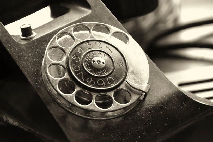 altes analoges Telefon mit Wählscheibe von Heiko Kueverling