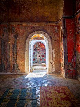 Tor in einem buddhistischen Kloster in Nyaung Shwe, Myanmar von Teun Janssen