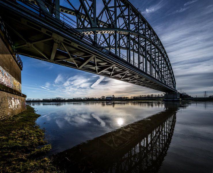 Spoorbrug over de Rijn bij Oosterbeek (ochtendlicht) van Michiel van Druten