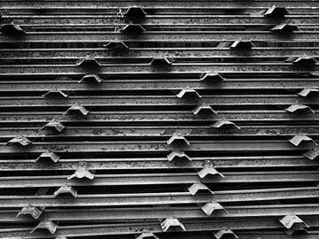 barres métalliques noires et blanches