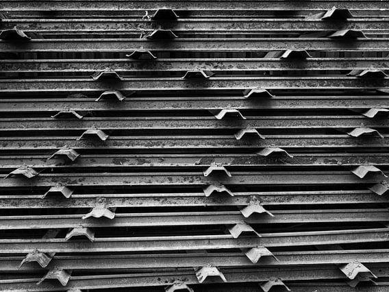 schwarze und weiße Metallstangen
