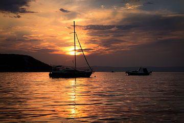 Zonsondergang met zeilboot van Yvonne van den Hatert