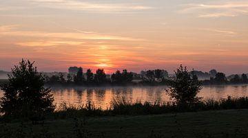 ochtenrood over de maas in limburg tijdens zonsopkomst van Compuinfoto .