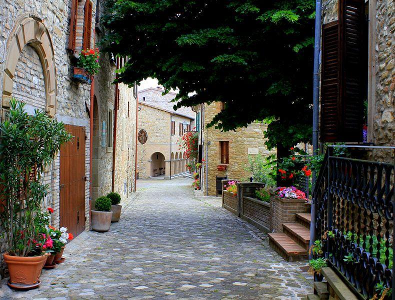 Een typisch Italiaans straatje. van Jose Lok